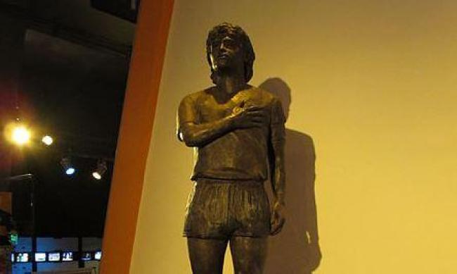Diego/https://commons.wikimedia.org/wiki/File:Estatua_Maradona.JPG