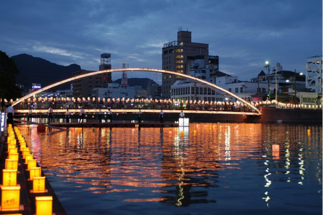 farol/https://commons.wikimedia.org/wiki/File:Obon_albuquerqe_bridge.jpg