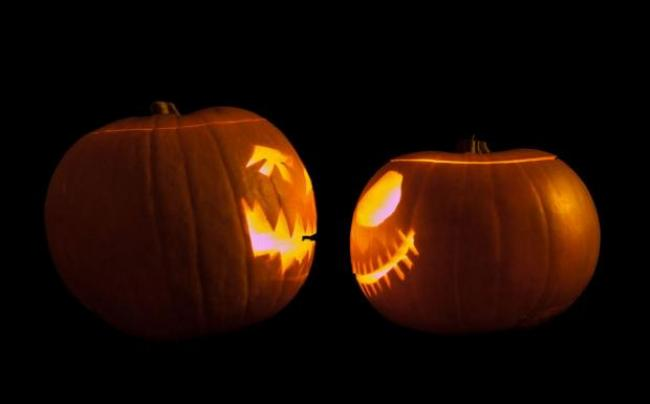 By William Warby (Flickr: Jack-o'-lanterns Face Off) [CC BY 2.0 (http://creativecommons.org/licenses/by/2.0)], via Wikimedia Com